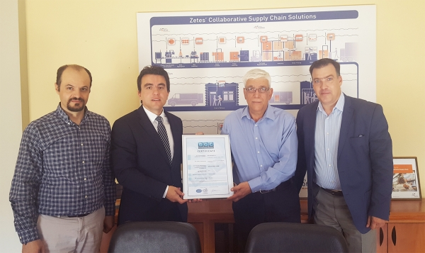 Handing over the certificate of BQC to the General Manager of Zetes Netwave S.A., Mr Pantelatos.